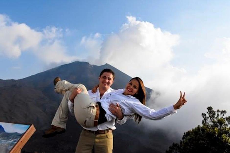 """Esta linda pareja dijo """"Si quiero"""" en el cono del Volcán Pacaya. (Foto: oficial)"""