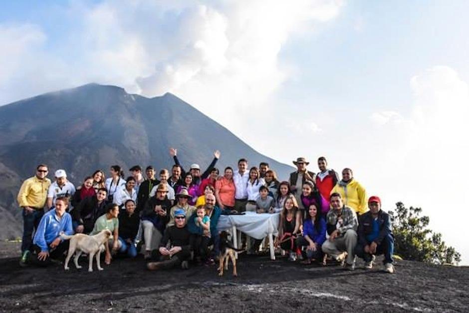 Unos 50 invitados, además de algunos turistas curiosos fueron testigos de la unión. (Foto: oficial)