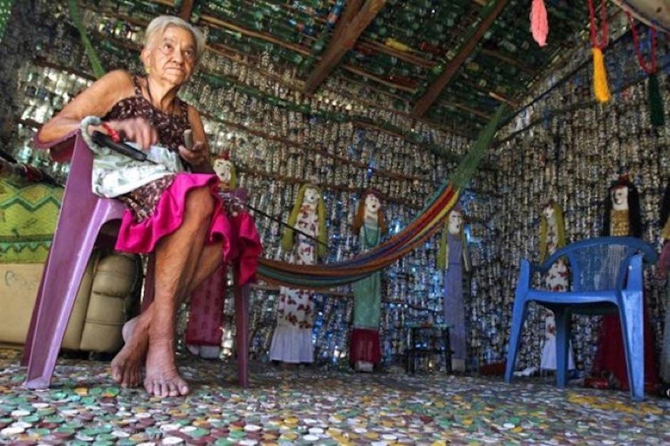 La salvadoreña disfruta de las visitas de vecinos y extranjeros que admiran su trabajo. (Foto: elsalvador,com)