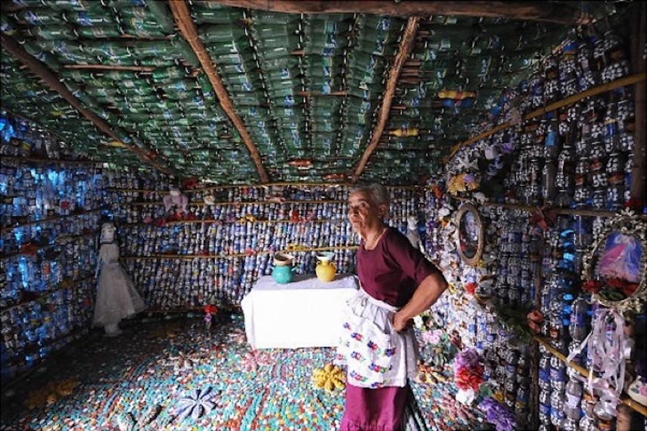 Con mucha paciencia junto botellas de plástico y varas y construyó su hogar. (Foto: elsalvador,com)