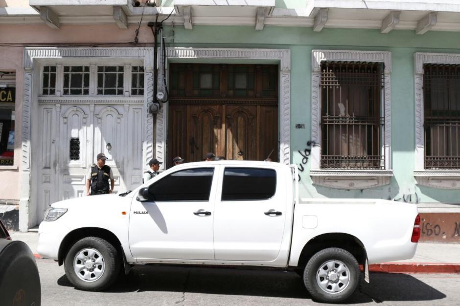Las autoridades realizan un allanamiento en la Casa del Maestro. (Foto: Alejandro Balán/Soy502)