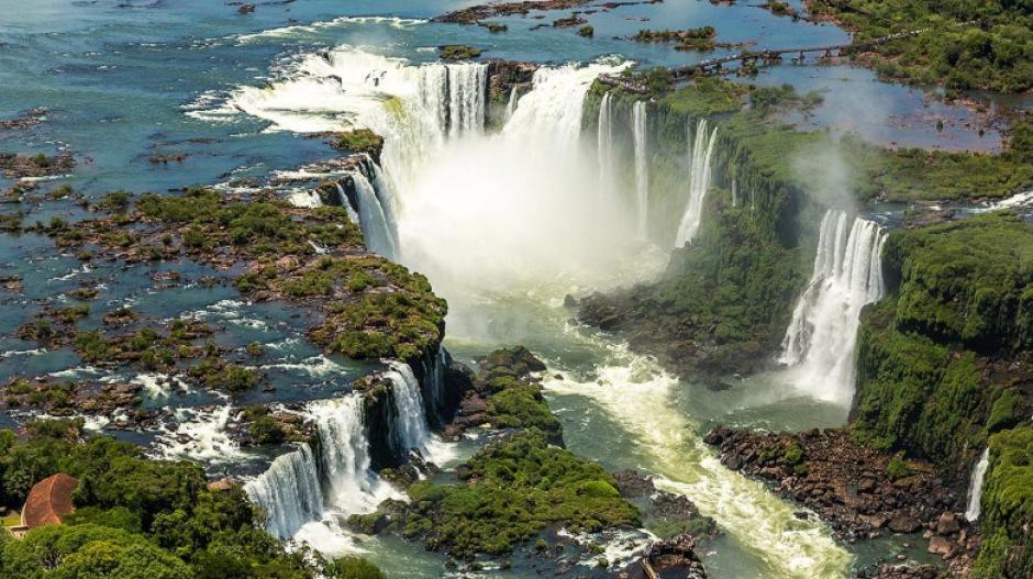 Las Cataratas de Iguazú dividen la frontera entre Argentina y Brasil. Su belleza cautiva a los visitantes.