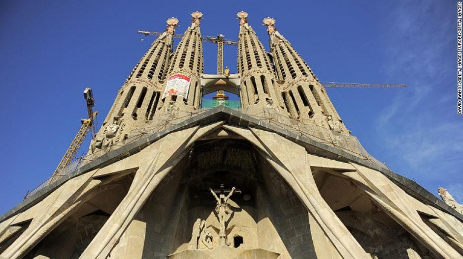 La Catedral de la Sagrada Familia en Barcelona es una obra de Gaudi que comenzó a edificar hace más de 130 años. Aún sigue en construccion, pero es considerada como una de las principales atracciones del mundo.