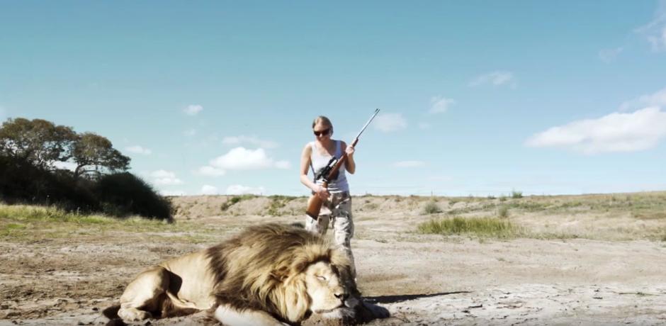 Un león muerto aparece en la escena. (Captura de pantalla: Jayden Tanner/YouTube)
