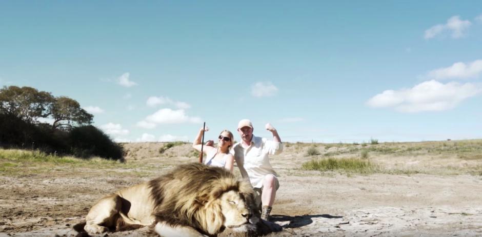 Tras estar muerto, los cazadores se toman fotos. (Captura de pantalla: Jayden Tanner/YouTube)