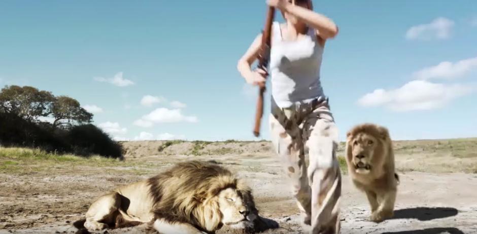 El león se prepara para saltar sobre la mujer. (Captura de pantalla: Jayden Tanner/YouTube)