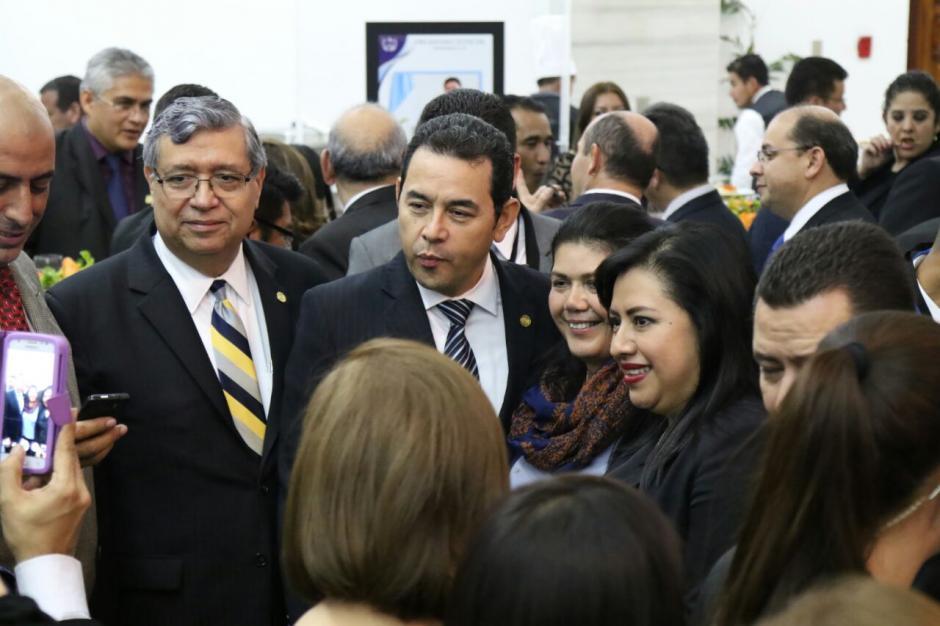 Varios invitados de la CSJ aprovecharon para fotografiarse con el presidente Jimmy Morales. (Foto: Alejandro Balán/Soy502)
