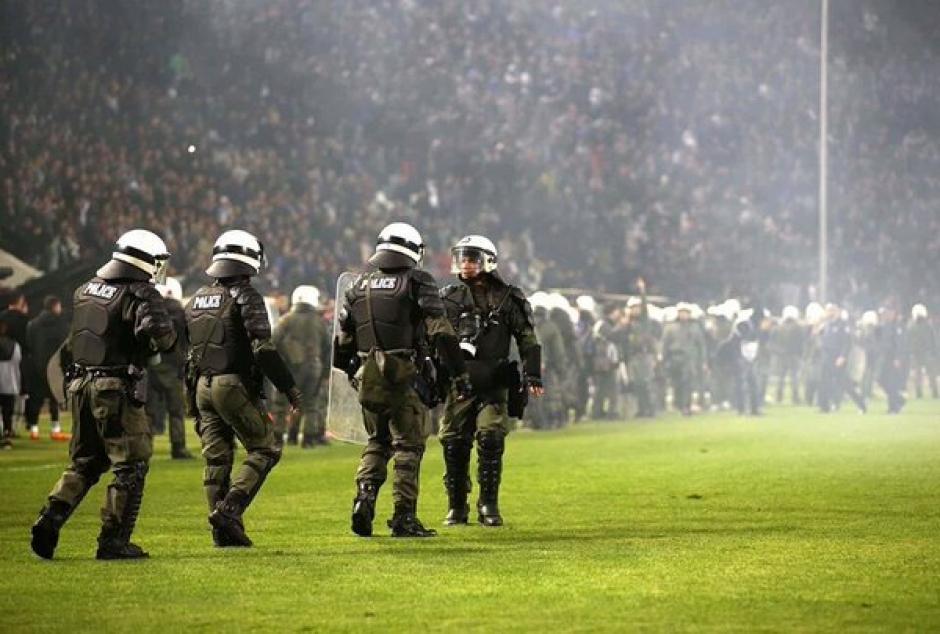 La situación casi se sale de control, pero finalmente la policía helena puso orden. (Foto: Twitter)