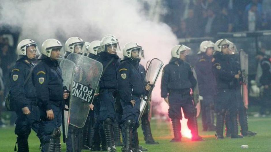 La multitud le lanzó objetos y bengalas a la policía. (Foto: Twitter)