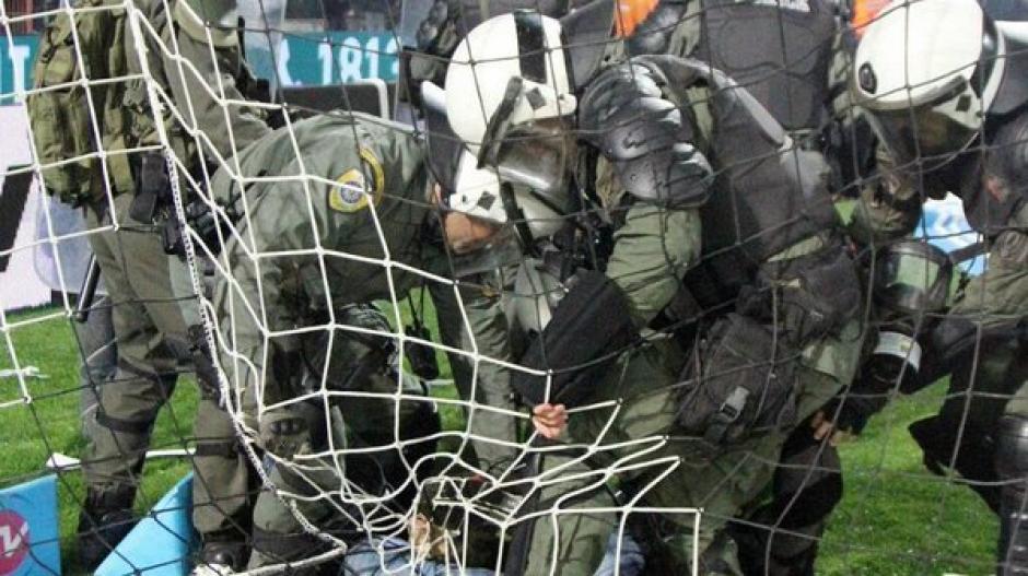 La policía sometió a varios revoltosos. (Foto: Twitter)