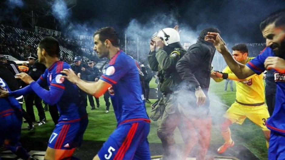 Los jugadores debieron de correr hacia los vestidores para ponerse a salvo. (Foto: Twitter)