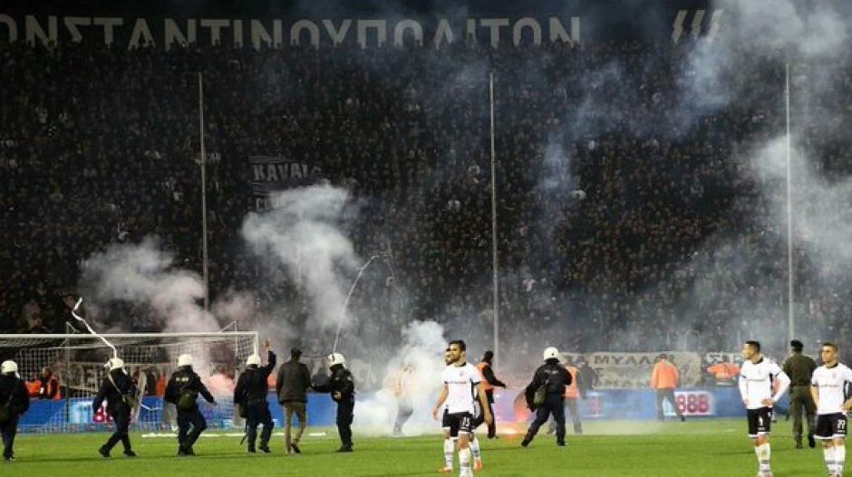 Los incidentes obligaron a suspender el partido. (Foto: Twitter)