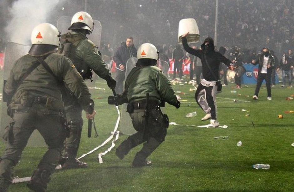 Los aficionados lanzaron de todo a las autoridades. (Foto: Twitter)