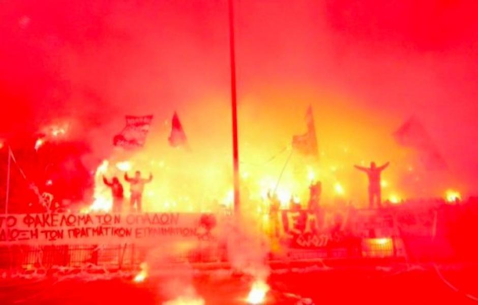 Las bengalas causaron que partes del estadiose incendiaran. (Foto: Twitter)