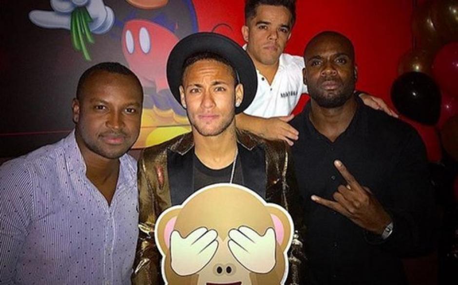Neymar junto a un grupo de invitados. (Foto: Mundo Deportivo)