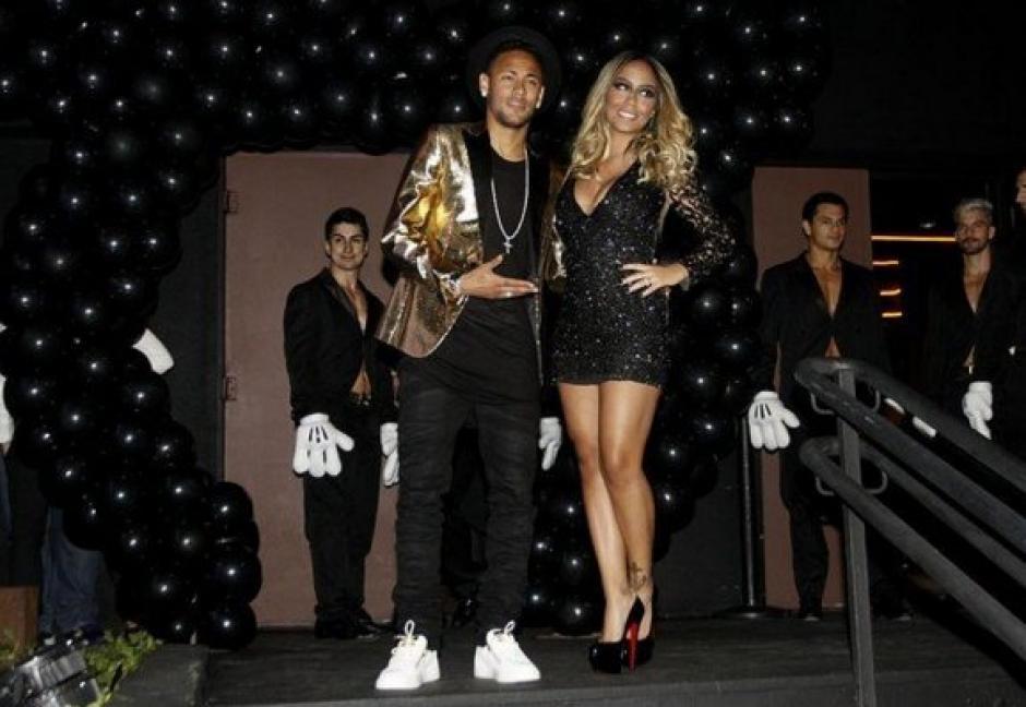 Neymar y Rafaella a su llegada a la discoteca. (Foto: Mundo Deportivo)