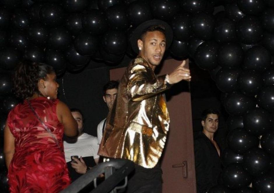 Neymar saludó a los aficionados y fotógrafos al ingresar a la fiesta. (Foto: Mundo Deportivo)