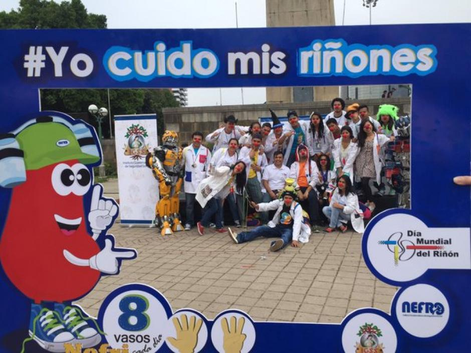 El equipo de Fábrica de Sonrisas apoya la jornada contra las enfermedades renales. (Foto Twitter/@Noticias_IGSS)