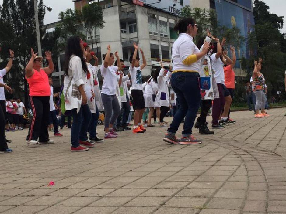 Los animadores de la jornada del IGSS han puesto en movimiento a la población. (Foto Twitter/@Noticias_IGSS)