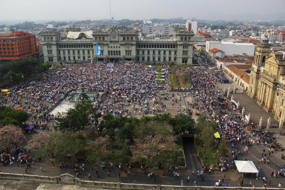 Las redes sociales ayudaron a concentrar unas 15 mil personas frente al Palacio Nacional de la Cultura. (Foto: Alexis Batres/Soy502)