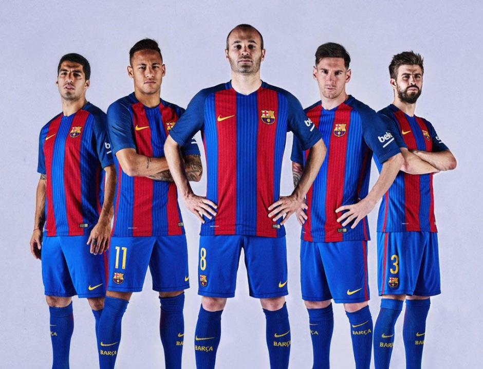 Suárez, Neymar, Iniesta, Messi y Piqué lucieron la nueva indumentaria de Barcelona. (Foto: Twitter)