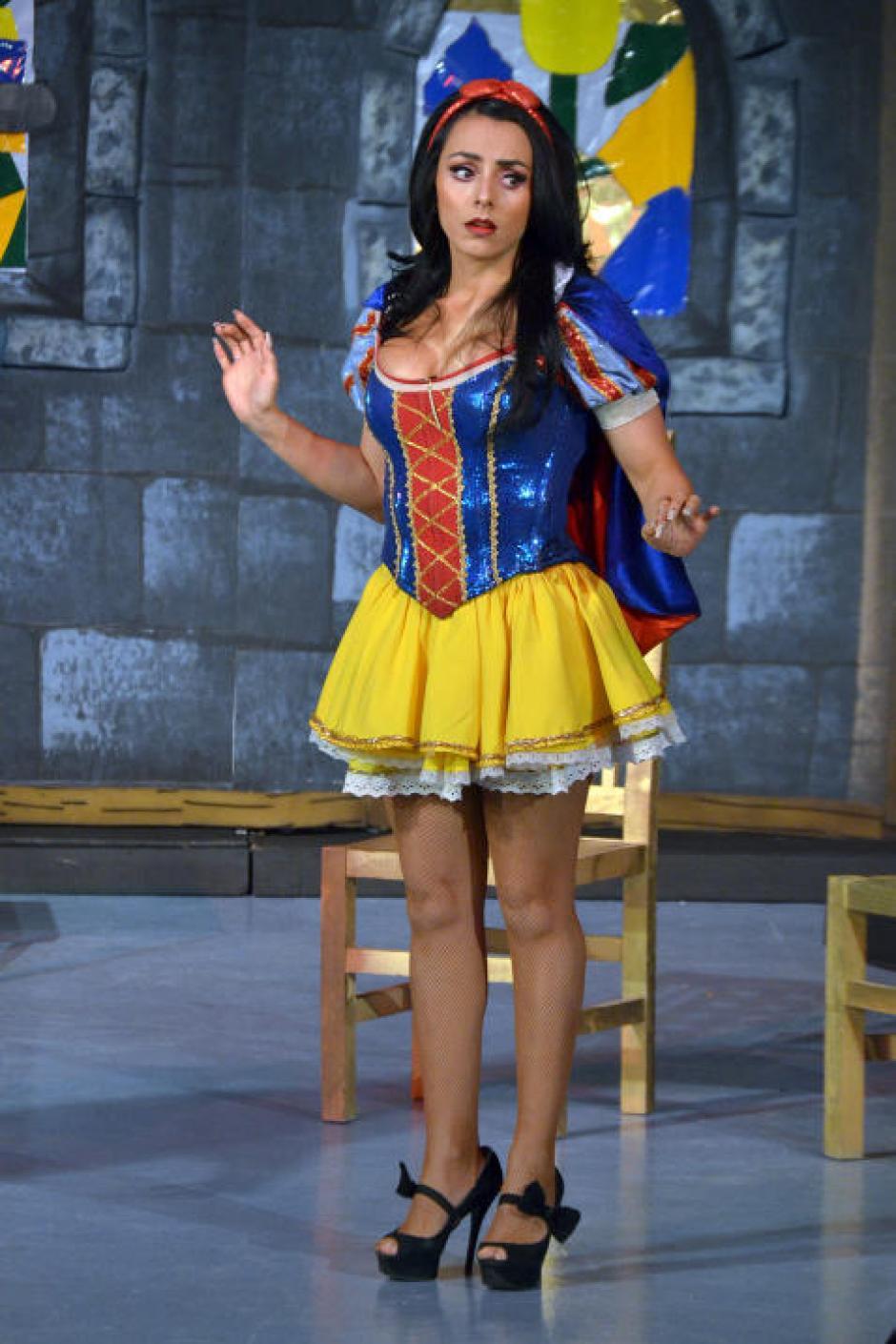 Montero encarna a Blanca Nieves en una obra de teatro en México. (Foto: Mezcalent/Univisión)