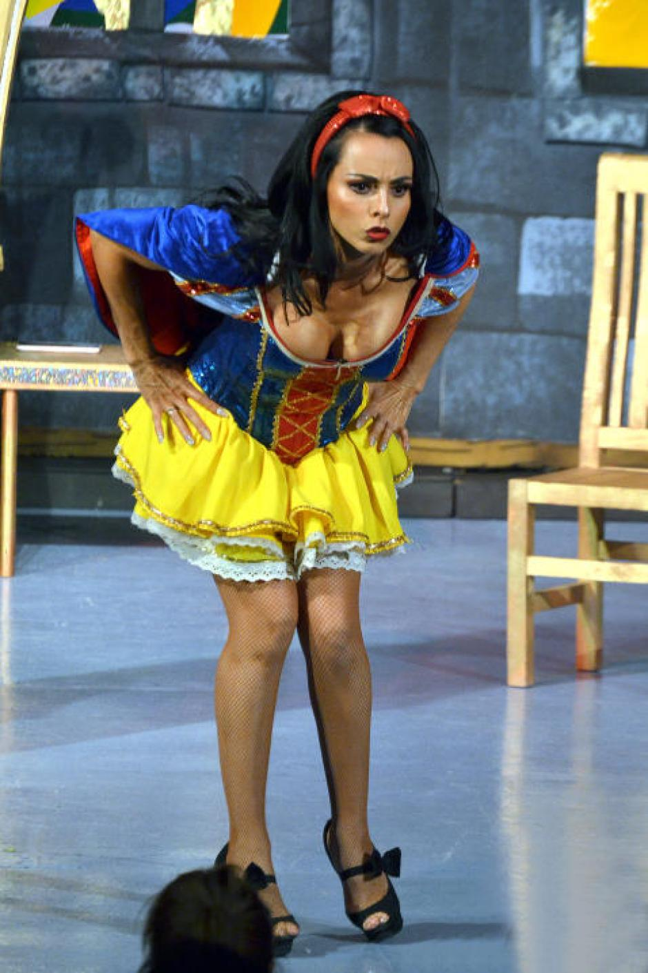 Montero encarna a Blanca Nieves en una obra de teatro.  (Foto: Mezcalent/Univisión)