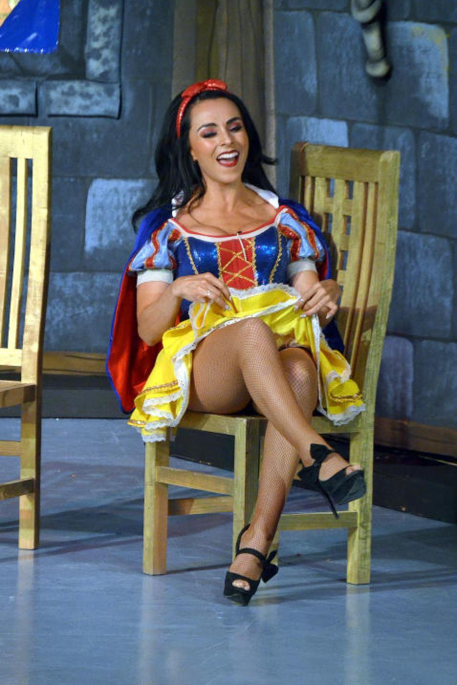 La bella Ivonne estrenó la obra Blanca Cheves y sus siete briagos. (Foto: Mezcalent/Univisión)
