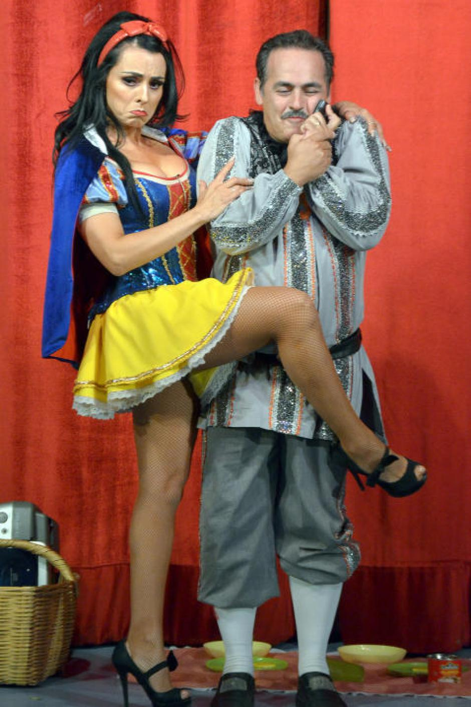 Junto a Luis Arcaraz y un gran elenco Ivonne Montero luce su belleza y talento. (Foto: Mezcalent/Univisión)