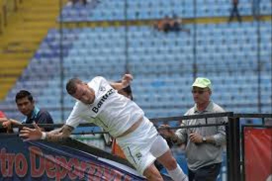 """Tras el """"provocativo"""" festejo fue amonestado Emiliano López, por el árbitro Oscar Reyna. (Foto: Diego Galiano/Nuestro Diario)"""