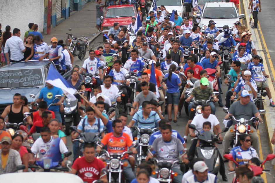 Una caravana de motos iba frente al bus de los jugadores. (Foto: Luis Barrios/Soy502)