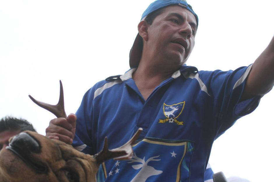 Quienes iban arriba en el bus llevaron también a la mascota del club. (Foto: Luis Barrios/Soy502)