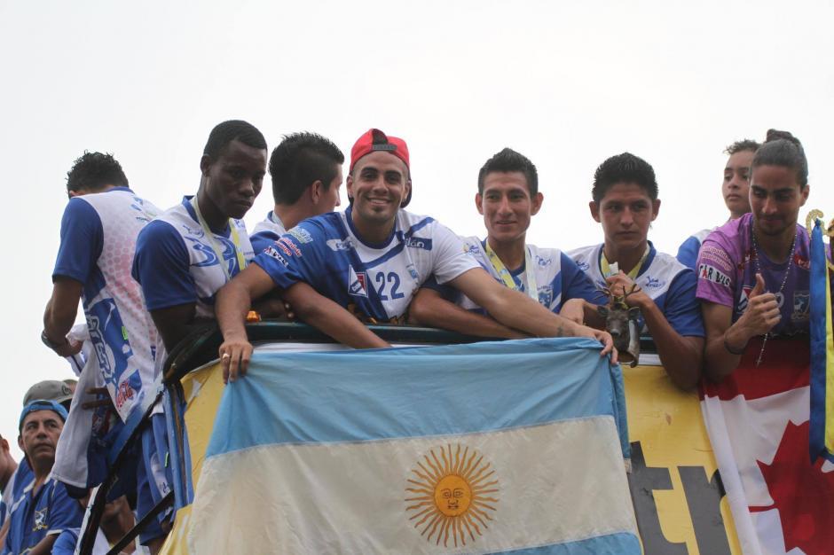 Jugadores de varios países celebran con Suchi.  (Foto: Luis Barrios/Soy502)