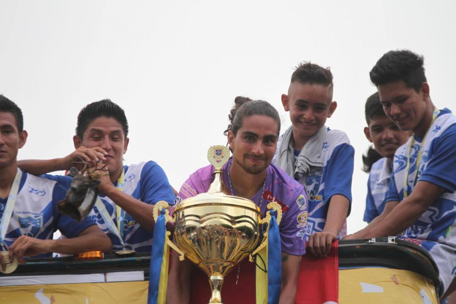 Así presentaron los jugadores la copa a su afición. (Foto: Luis Barrios/Soy502)