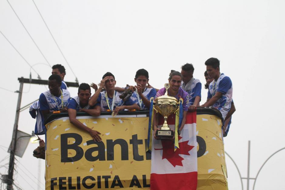 En un bus de los patrocinadores se movilizó al equipo. (Foto: Luis Barrios/Soy502)