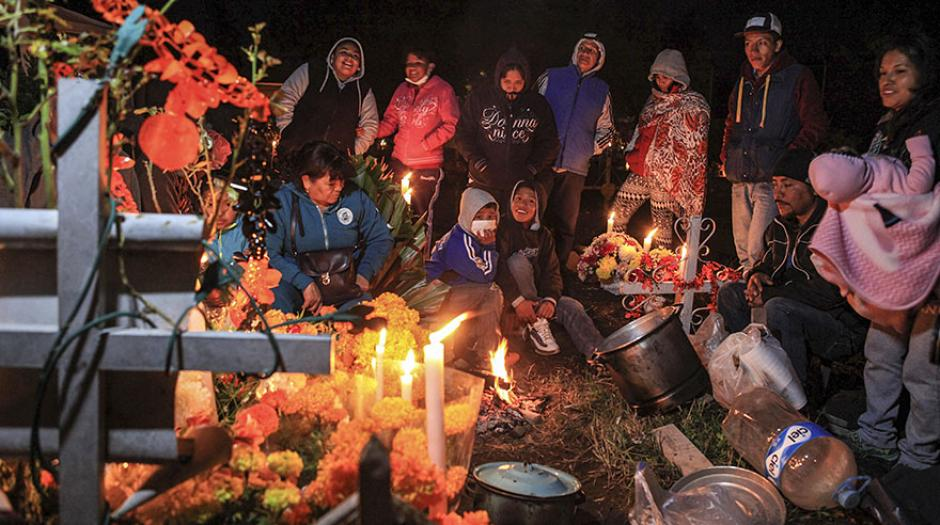 Los filipinos adornaron las tumbas de sus seres queridos. (Foto: Efe)