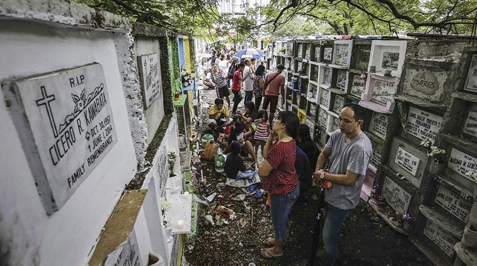 Los filipinos también visitaron las tumbas de sus seres queridos. (Foto: Efe)
