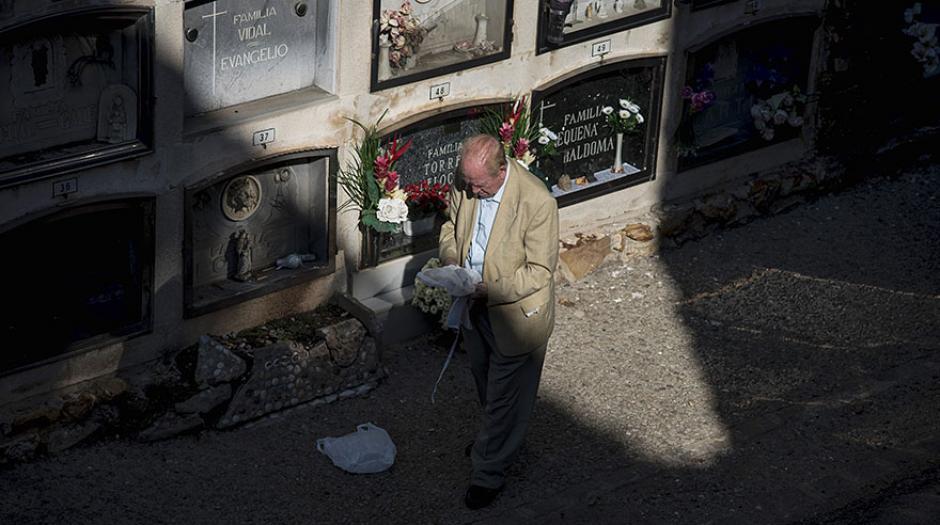 Un hombre visita a sus seres queridos en el cementerio de Barcelona durante el Día de Todos los Santos. (Foto: AFP)