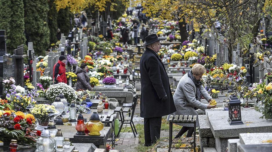 En Polonia, varias personas encendieron velas y colocaron flores en las tumbas. (Foto: Efe)