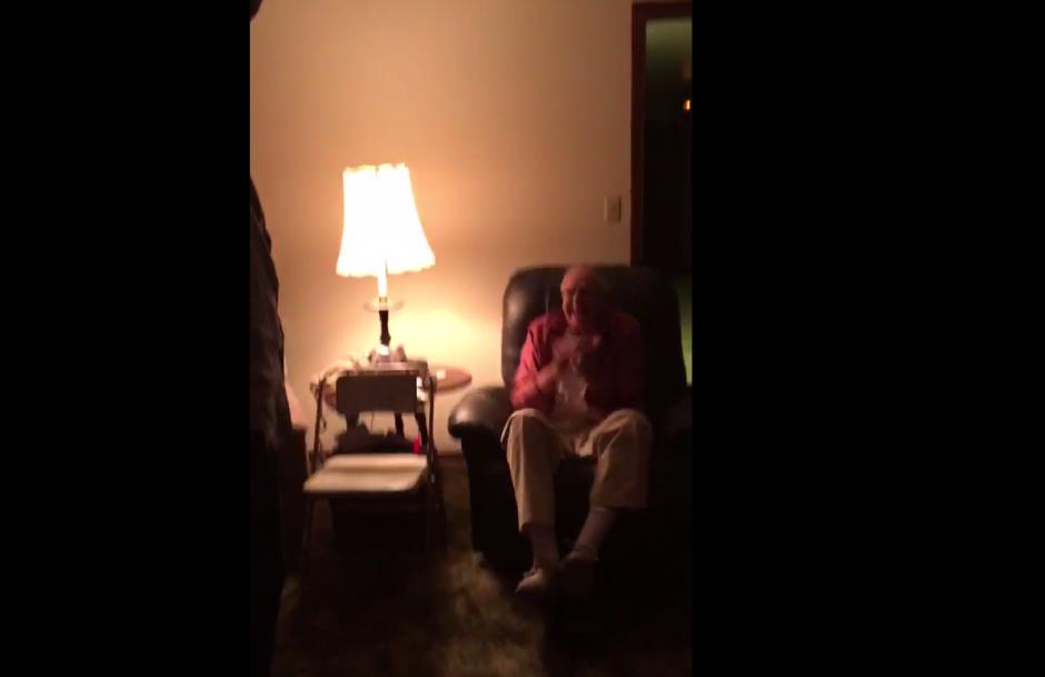 El abuelo no puede creer lo que ven sus ojos. (Imagen: captura de pantalla)