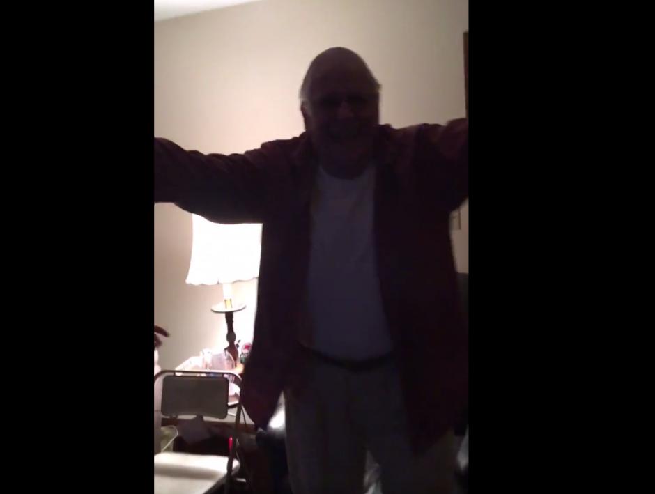 Tras el triunfo, el abuelo se levanta del sillón y sigue con la celebración. (Imagen: captura de pantalla)