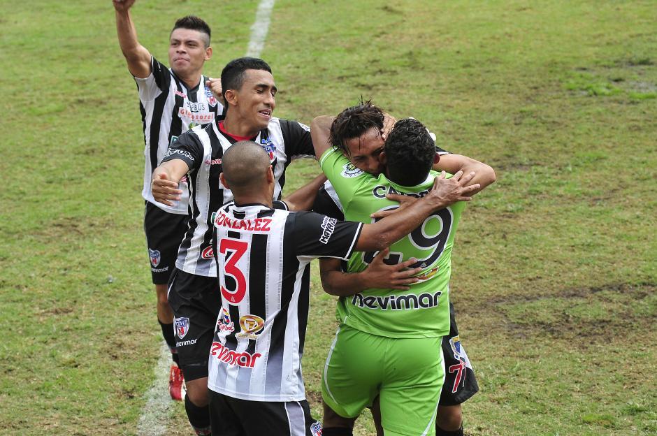 Osmar López celebra el gol del empate en el minuto 38. (Foto/Nuestro Diario)