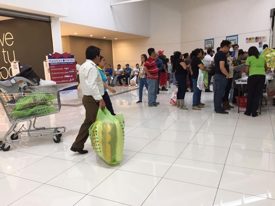 Algunas personas aprovechan para hacer compras de última hora. (Foto: Jesús Alfonso/Soy502)