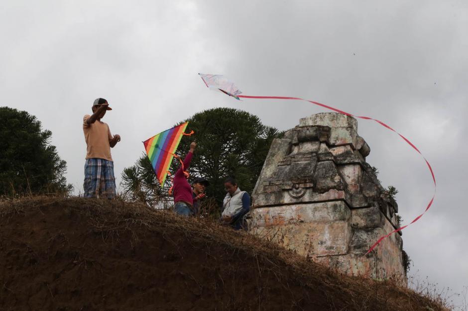 Los visitantes aprovecharon para volar barriletes en el cementerio. (Foto: Alejandro Balán/ Soy502)