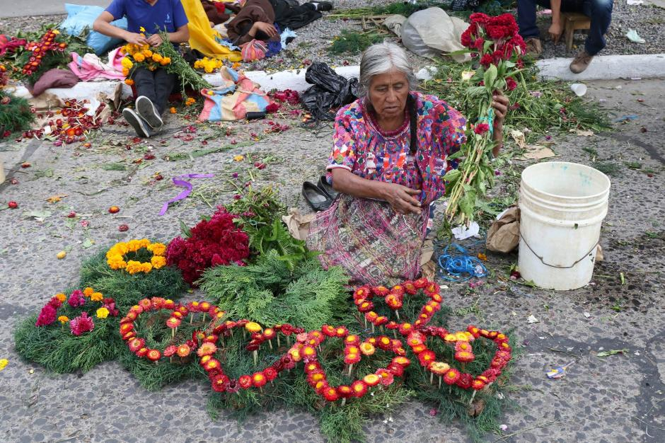 Los vendedores de flores estuvieron presentes desde la madrugada de este 1 de noviembre. (Foto: Alejandro Balán/ Soy502)
