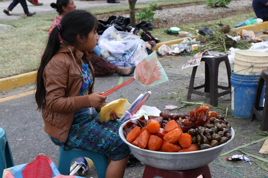 En las afueras del cementerio se podían adquirir dulces típicos. (Foto: Alejandro Balán/ Soy502)