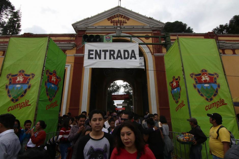 Miles de personas visitaron el Cementerio General ubicado en la zona 3 capitalina. (Foto: Alejandro Balán/ Soy502)