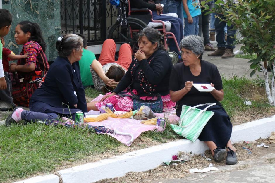 Las familias degustaron platillos de fiambre y dulces típicos. (Foto: Alejandro Balán/ Soy502)