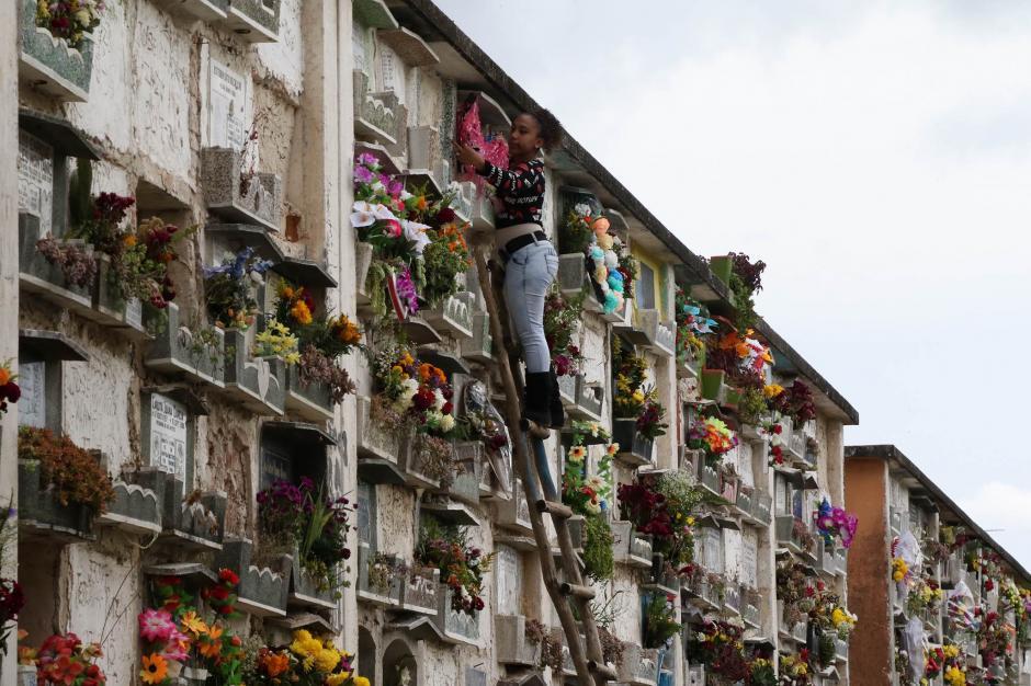 Los deudos adornaron las tumbas de sus seres queridos en el Cementerio General. (Foto: Alejandro Balán/ Soy502)