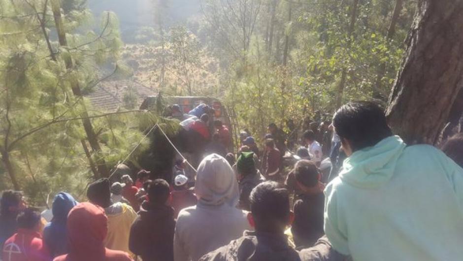 Pobladores del lugar apoyaron la labor de rescate en el área. (Foto Twitter/@CBMDEPTAL)